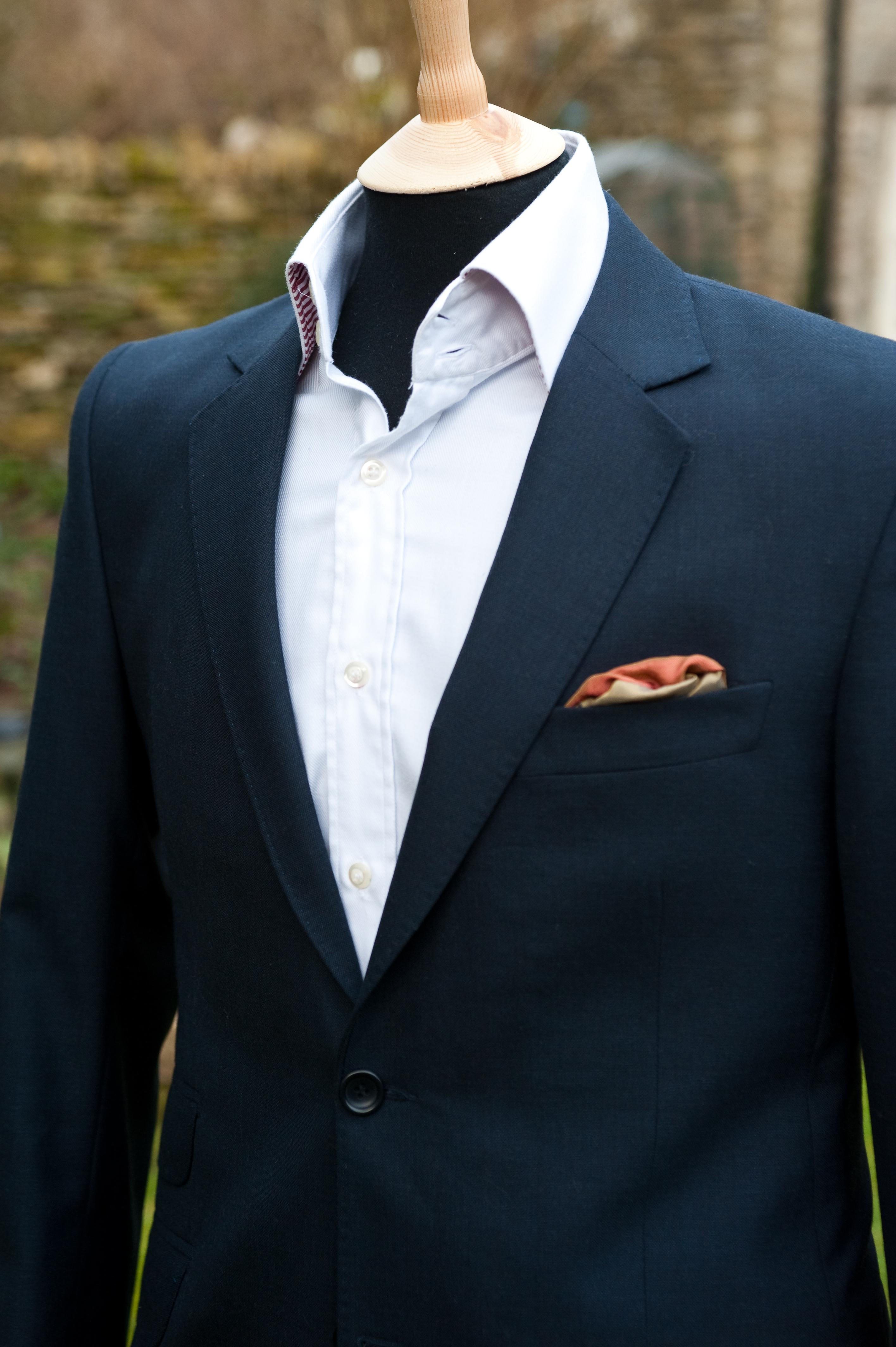 Pour un premier costume sur-mesure, optez pour le gris ou pour le bleu